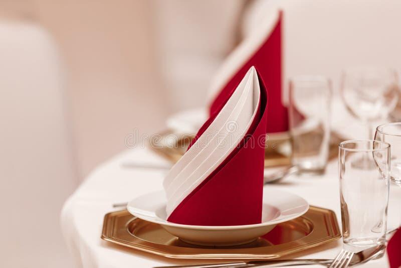 O interior do restaurante para o jantar de casamento, apronta-se para convidados Decorado com guardanapo guardanapo no interior fotografia de stock royalty free