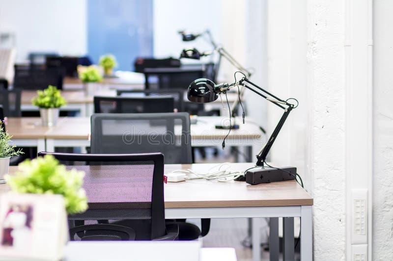 O interior dos locais de escritório de uma empresa moderna Mesas do trabalho no escritório da TI Espaço de trabalho para empregad imagem de stock