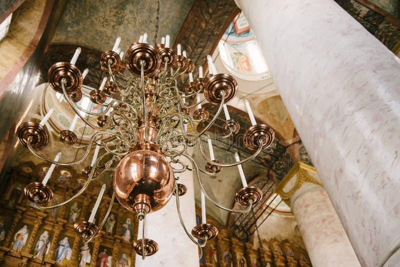 O interior e interior da igreja imagem de stock