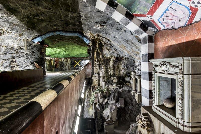 O interior e a escultura da estação fotografia de stock royalty free
