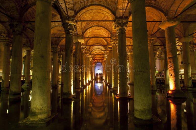 O interior magnífico do reservatório da basílica no distrito de Sultanahmet de Istambul em Turquia imagem de stock