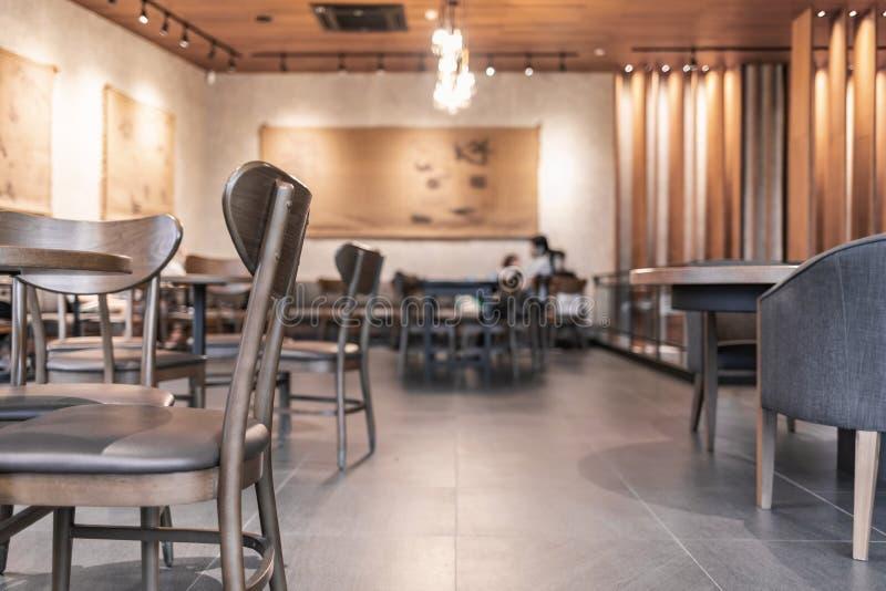 O interior moderno da cafetaria decora com mobília de madeira imagem de stock