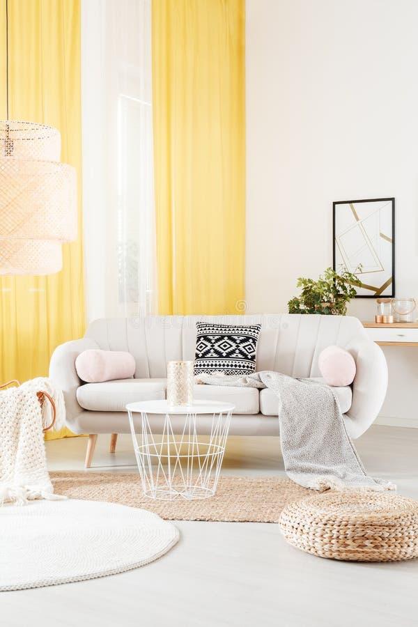 O interior morno com amarelo drapeja foto de stock