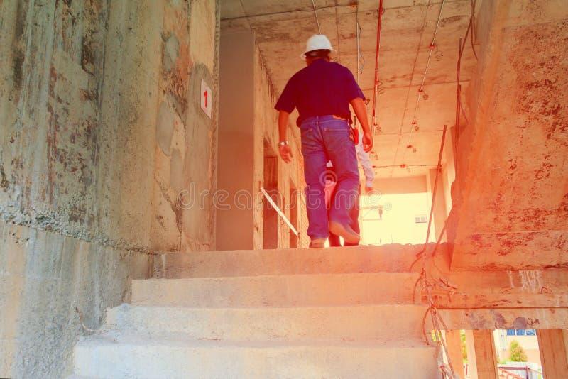 O interior na decoração da construção e da parede no terreno de construção com coordenador faz sinal fotografia de stock