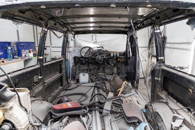 O interior na parte de tr?s de uma camionete com um forro desmontado, assentos do carro removeu, as pe?as sobresselentes que enco foto de stock royalty free