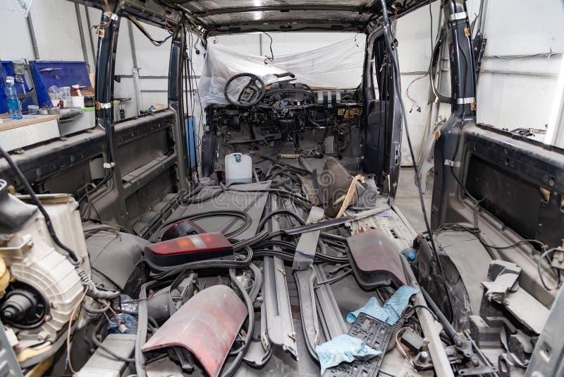 O interior na parte de tr?s de uma camionete com um forro desmontado, assentos do carro removeu, as pe?as sobresselentes que enco fotos de stock royalty free