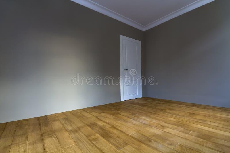 O interior renovado novo com as paredes recentemente pintadas, branco da sala faz imagem de stock