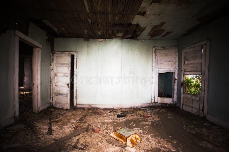 O interior rotting de uma sala na casa abandonada imagens de stock royalty free