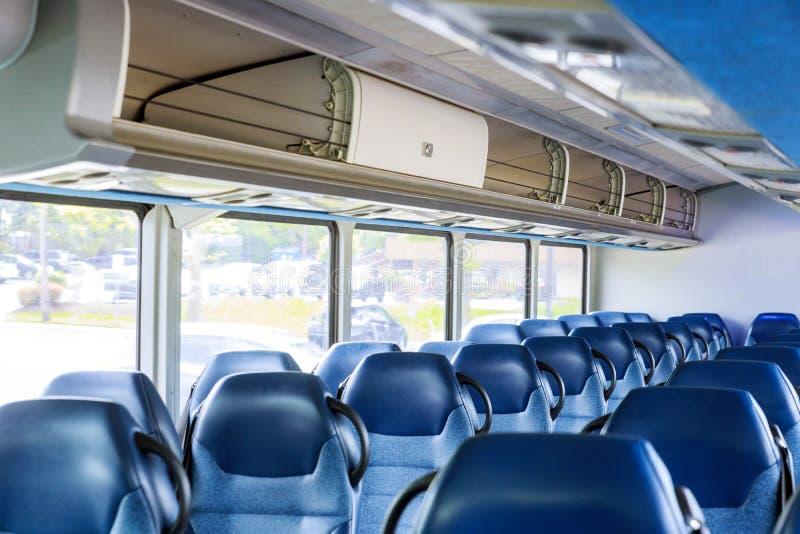 O interior vazio do ônibus, nenhuns povos transporta, turismo, curso, viagem por estrada está pronto para passageiros fotografia de stock