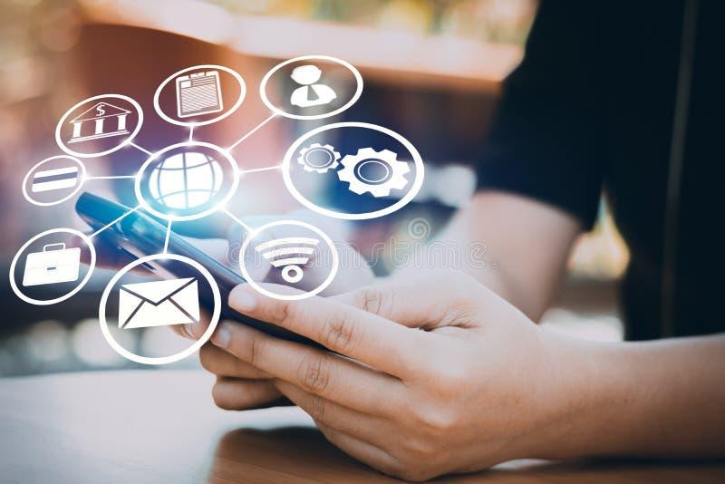 O Internet e a conexão alinham o conceito, telefone do uso do homem de negócios com foto de stock