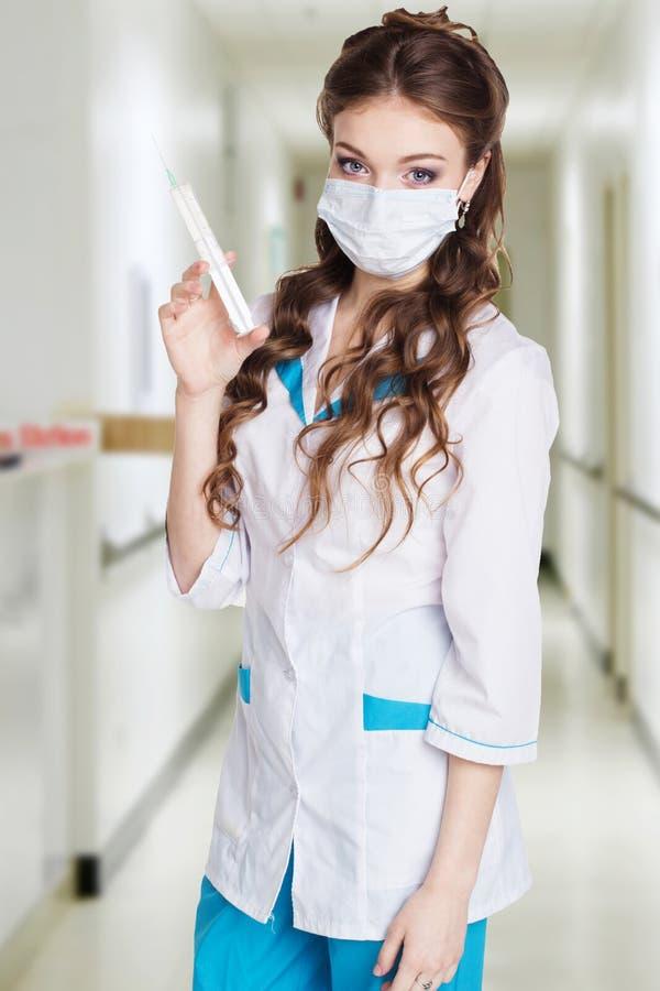 O interno dos jovens é praticado com a seringa no hospital foto de stock royalty free