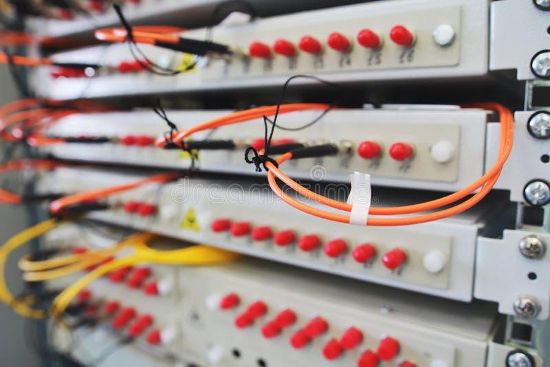 O interruptor de rede na cremalheira com cabos conectou na sala do centro de dados imagem de stock