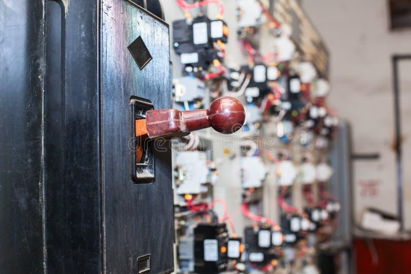 O interruptor principal do isolador da segurança está no protetor, painel bonde industrial imagens de stock royalty free