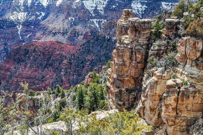 O inverno atrasado neva Whited as paredes na distância em Grand Canyon do Arizona fotografia de stock royalty free