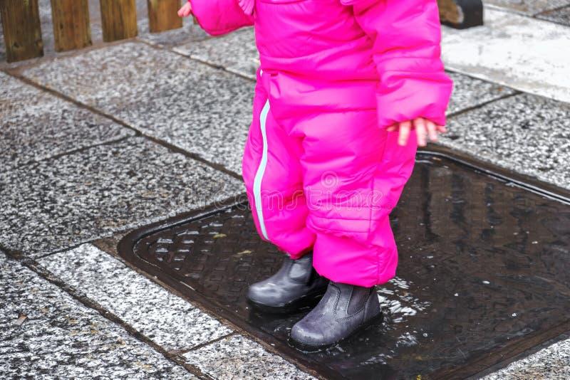 O inverno da poça do bebê carreg o close up fêmea foto de stock royalty free