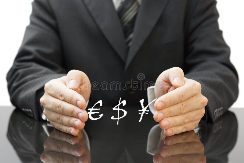 O investimento de proteção do homem de negócios na moeda fotos de stock