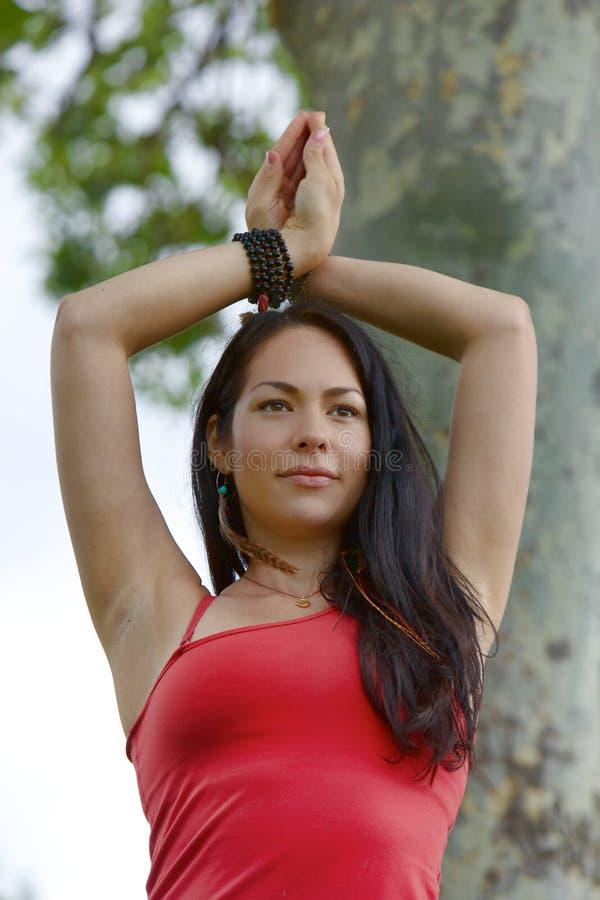O iogue fêmea está com as mãos cruzadas acima de sua cabeça imagens de stock royalty free