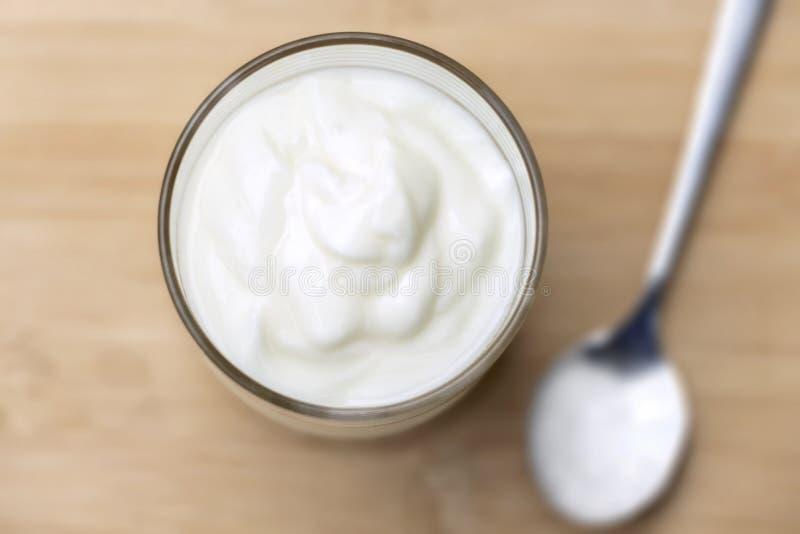 O iogurte é um iogurte saudável do café da manhã feito do leite fermentado pelas bactérias adicionadas, abrandado frequentemente  foto de stock
