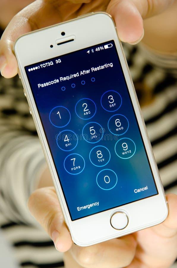 O iPhone 5 de Apple entra na tela da senha fotografia de stock