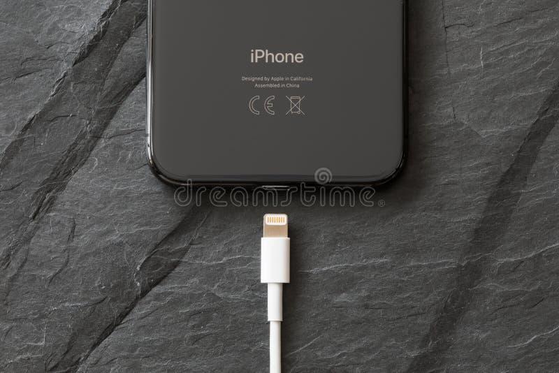 O iPhone o mais atrasado X da geração com conector do carregador foto de stock