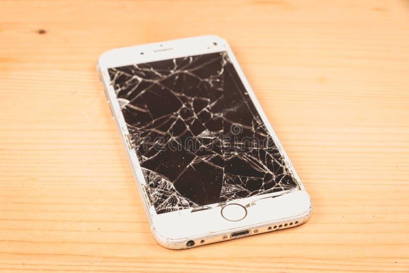 O iPhone quebrado 6S tornou-se pela empresa Apple Inc fotografia de stock