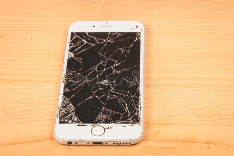 O iPhone quebrado 6S tornou-se pela empresa Apple Inc foto de stock