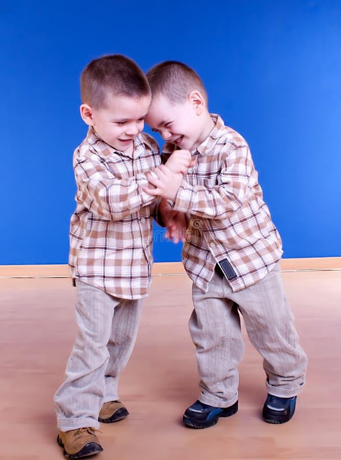 O irmão de gêmeos tem o jogo do divertimento foto de stock royalty free