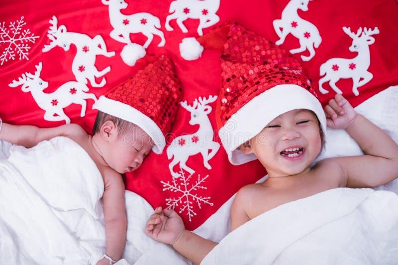 O irmão do menino da criança e o infante recém-nascido do bebê da menina da irmã têm Santa imagem de stock royalty free