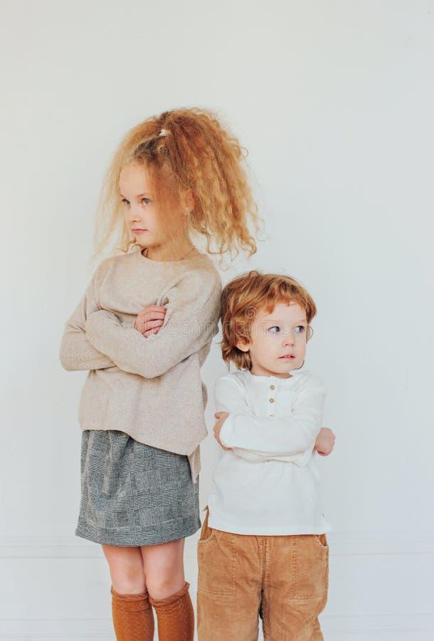 O irmão e a irmã discutidos, ofendido, giraram afastado em sentidos diferentes imagem de stock royalty free