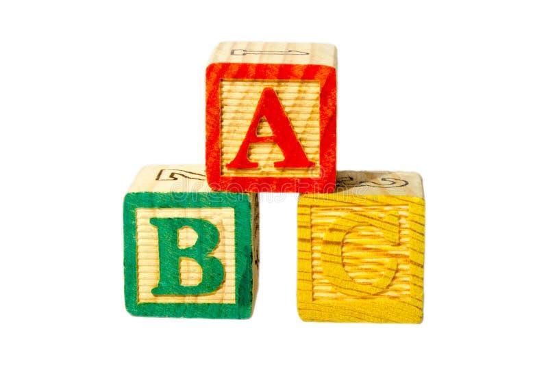 O isolado de madeira do bloco do alfabeto de A, de B e de C em um fundo branco chamado os blocos de ABC usa-se para o jogo no pré fotografia de stock