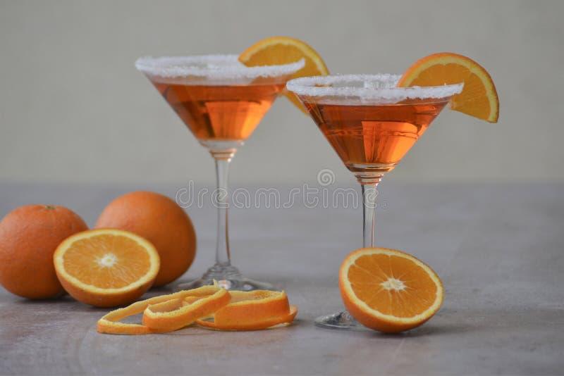 O italiano Aperol do clássico Spritz o cocktail no vidro de martini imagem de stock