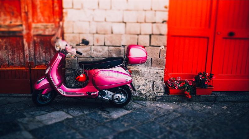 O italiano cor-de-rosa da menina estou abatido com o capacete vermelho no verão Sorrento fotos de stock