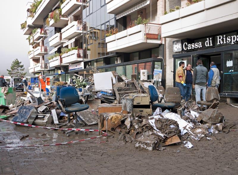 O italiano inunda consequências - rua principal de Aulla imagem de stock royalty free