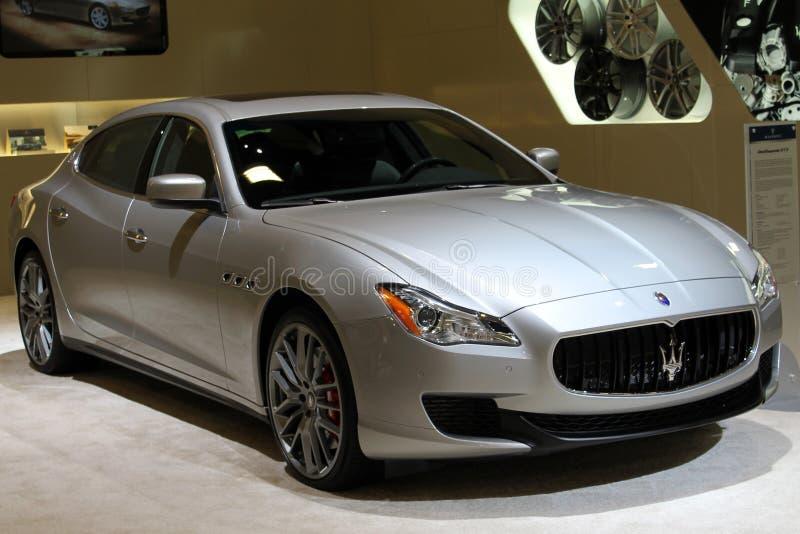 O italiano novo ostenta o sedan na feira automóvel imagem de stock royalty free