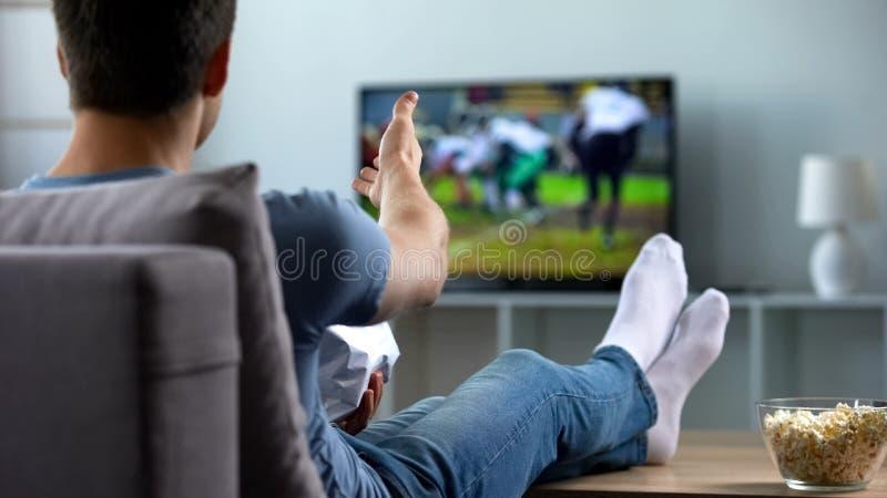O júbilo americano do fan de futebol no objetivo marcou pela equipe favorita, campeonato fotografia de stock royalty free