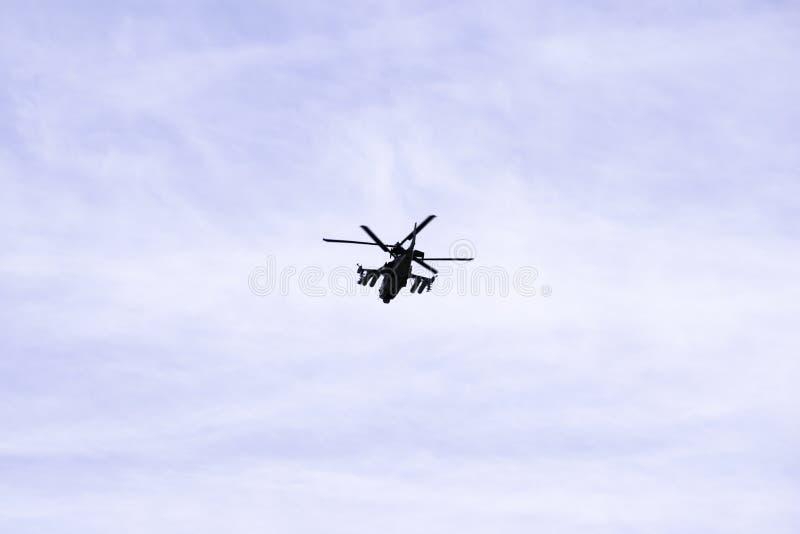 O jacaré militar do helicóptero de ataque K-52 do combate do russo voa contra um céu azul e nuvens fotos de stock royalty free