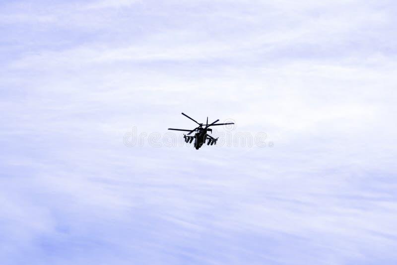 O jacaré militar do helicóptero de ataque K-52 do combate do russo voa contra um céu azul e nuvens fotografia de stock royalty free