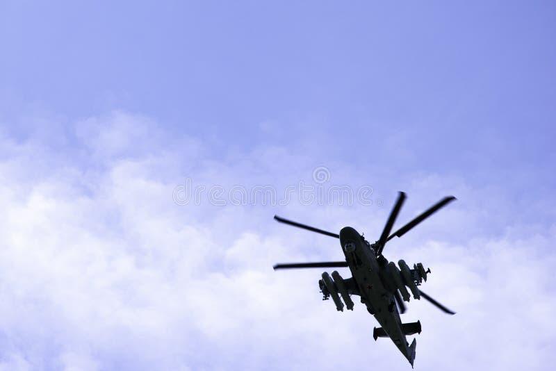 O jacaré militar do helicóptero de ataque K-52 do combate do russo voa contra um céu azul e nuvens imagem de stock royalty free