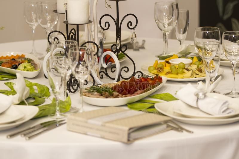 O jantar do serviço, festa do casamento projetou belamente o décor e o d imagens de stock