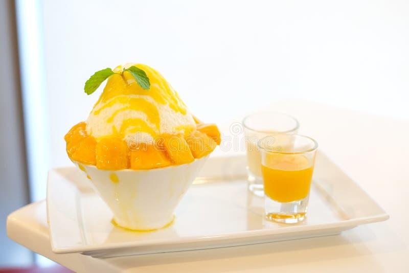 O japonês do kakigori da manga barbeou o sabor da sobremesa do gelo com manga imagens de stock