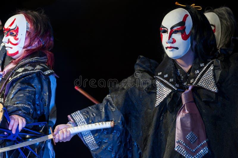 O japonês mascarou dançarinos com espada do katana, durante uma mostra fotografia de stock royalty free