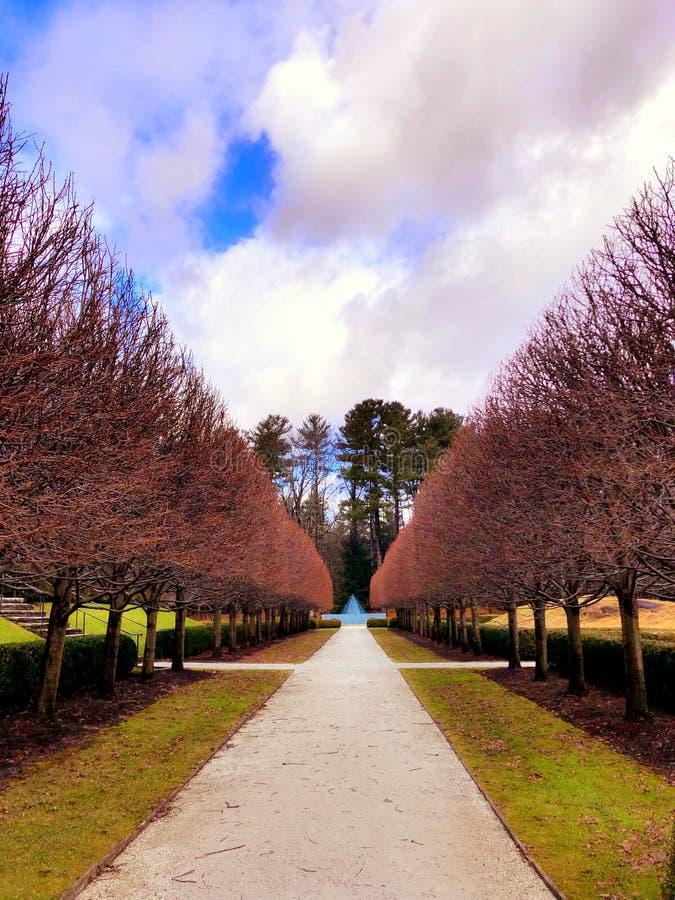 O jardim adiantado da mola da montagem fotos de stock royalty free