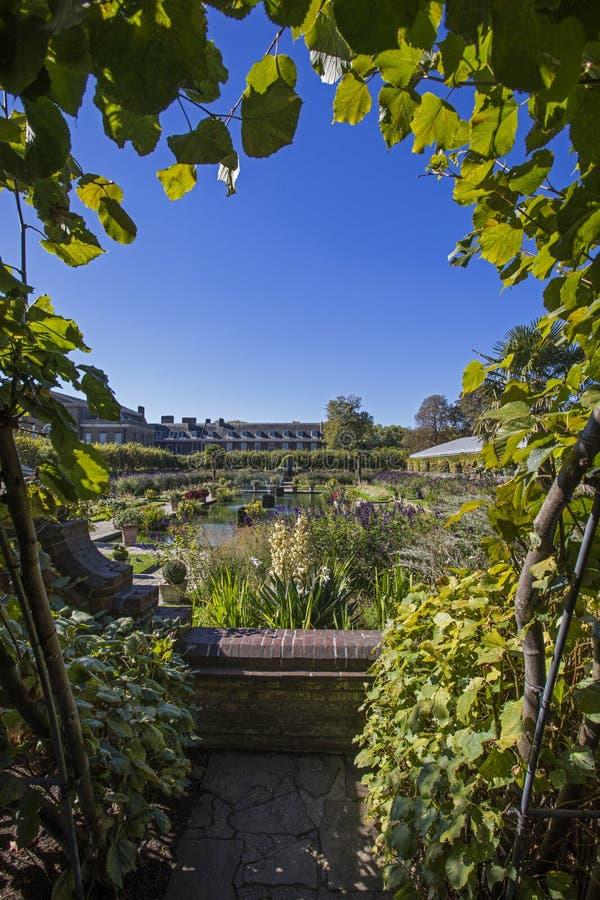 O jardim afundado em jardins de Kensington em Londres foto de stock royalty free