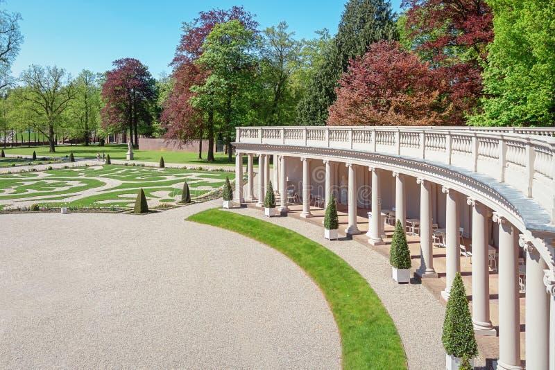 O jardim barroco de Loo Palace visto através da colunata imagem de stock