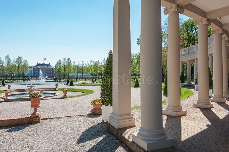 O jardim barroco de Loo Palace visto através da colunata foto de stock royalty free