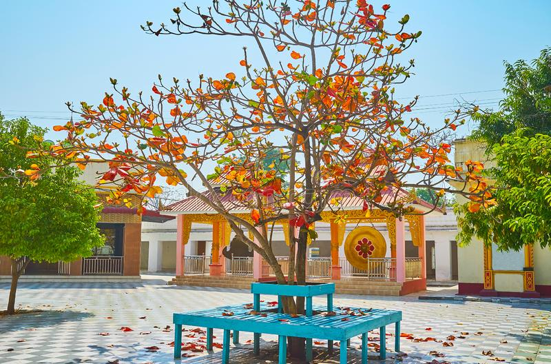 O jardim cênico do pagode de Kaunghmudaw, Sagaing, Myanmar fotografia de stock royalty free