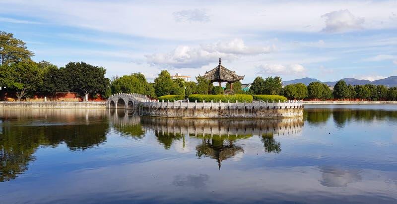 O jardim com o lago de Temple of Confucius, Jianshui, Yunnan, China fotos de stock