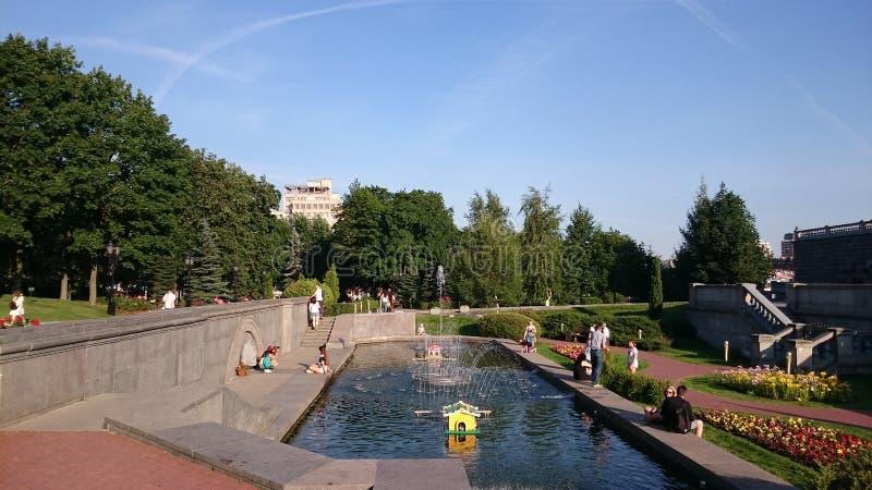 O jardim da catedral de Cristo o salvador em Moscou foto de stock