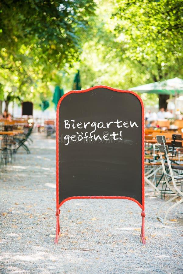 O jardim da cerveja aberto assina dentro Munich fotos de stock royalty free