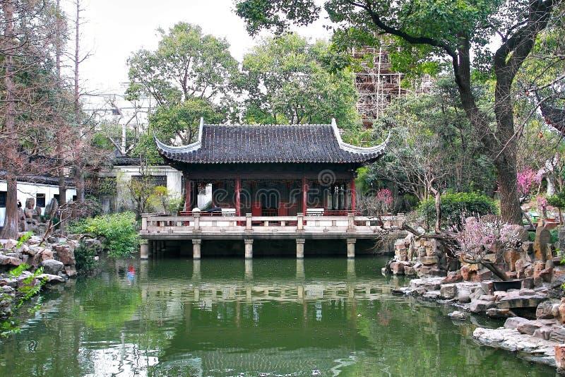 O jardim de Yuyuan é um jardim chinês extensivo situado ao lado do templo do deus da cidade no nordeste da cidade de Shanghai, Ch imagens de stock